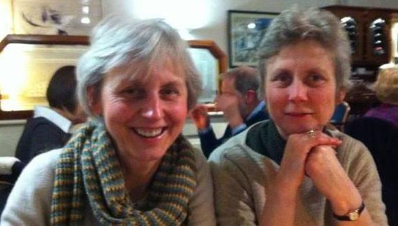 Catherine Utley, a la izquierda, junto a su hermana Virginia, conocida como Ginda. Ambas viven juntas desde hace más de tres décadas. (Foto: Catherine Utley)