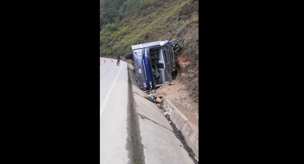 La unidad de la empresa de transportes Carlitos impactó contra cerro de la carretera Fernando Belaunde Terry, en Huarmaca, Huancabamba, Piura. (Foto: GEC)