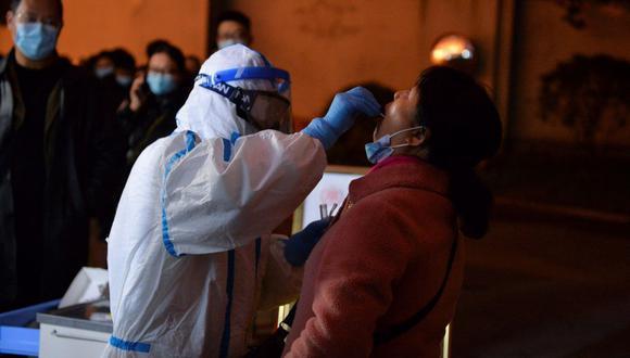 Un trabajador de la salud de China realiza una prueba coronavirus a un residente en Chengdu, en la provincia de Sichuán. (Foto: AFP).