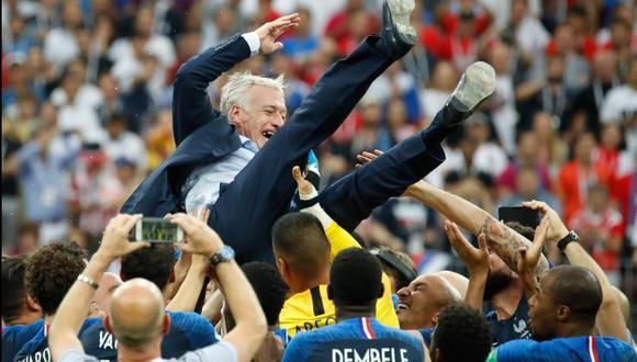 Tras el triunfo de Francia por 4-2 sobre Croacia por la final del Mundial Rusia 2018, los jugadores cargaron al técnico Didier Deschamps. (Foto: AFP).