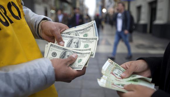 Ayer el precio de la divisa estadounidense tocó su máximo valor en más de 18 años. (Foto: GEC)