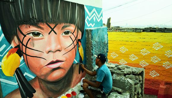 Telar indígena amazónico pintado por el artista voluntario Dibu Manos de Rabia, durante el Festival Tejiendo Colores, iniciativa del colectivo Color Energía. Hasta el momento se han pintado unos 25 murales en el Cerro San Cristóbal.