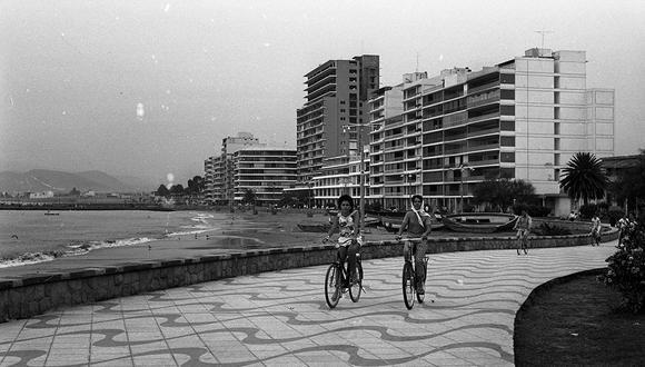 Postal de una tarde en bicicleta por el balneario de Ancón en abril de 1963. (Foto: Archivo Histórico El Comercio)