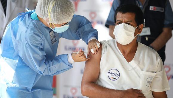 Con la llegada de las vacunas se ha comenzado a vacunar al personal que trabaja en salud, Fuerzas Armadas, PNP y adultos mayores. (Foto: Britanie Arroyo / GEC Archivo)