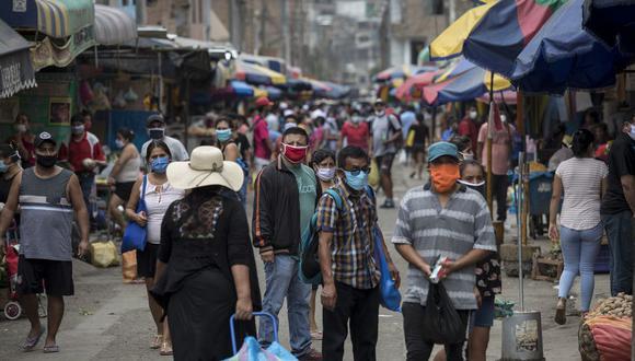 Un grupo de personas compra en un mercado peruano en plena emergencia sanitaria por el COVID-19, el pasado 8 de mayo.
