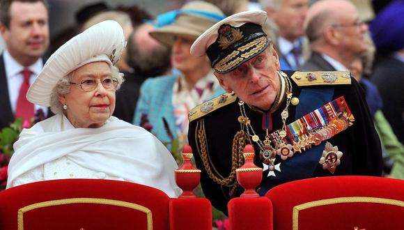 En una imagen de archivo tomada el 3 de junio de 2012, la reina Isabel II y el príncipe Felipe, duque de Edimburgo, durante un desfile  en el río Támesis en Londres. (John Stillwell / POOL / AFP).