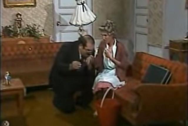 Sr. Barriga, de rodillas, limpiando la ropa de Doña Florinda (Foto: RCN)