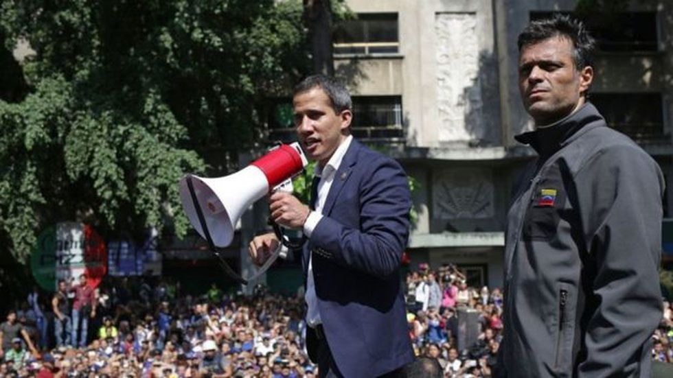 La liberación de Leopoldo López y su aparición junto a Juan Guaidó fue un duro golpe simbólico para el gobierno de Maduro. Foto: Getty images, vía BBC Mundo