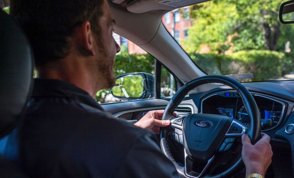 """Los tres fabricantes y SAE International dijeron que utilizarán los conocimientos adquiridos por todos ellos """"para establecer una serie de principios guía de la seguridad para vehículos automatizados . (Foto: AFP)"""