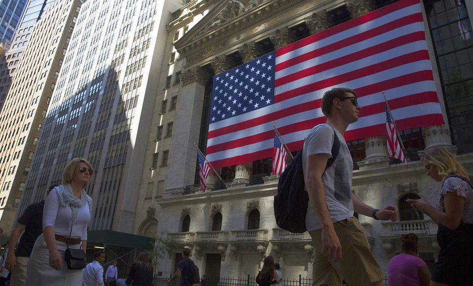 2. INFLACIÓN EN ESTADOS UNIDOS. Todos atentos a la meta. La trayectoria de las tasas de interés en EE.UU. está condicionada a que el país alcance su meta de inflación de 2%. Pero el mercado anticipa que los precios en EE.UU. no subirían a ese ritmo y que la Reserva Federal subiría tres veces su tasa durante el 2018, desde 1,5% hasta 2,25%. La FED podría acelerar el proceso de deshacerse de todos los activos que tiene en su hoja de balance y eso, según algunos bancos de inversión, significaría que el 2018 podría marcar el inicio del fin del crecimiento liderado por las inyecciones de liquidez a los mercados financieros. (Foto: Bloomberg)