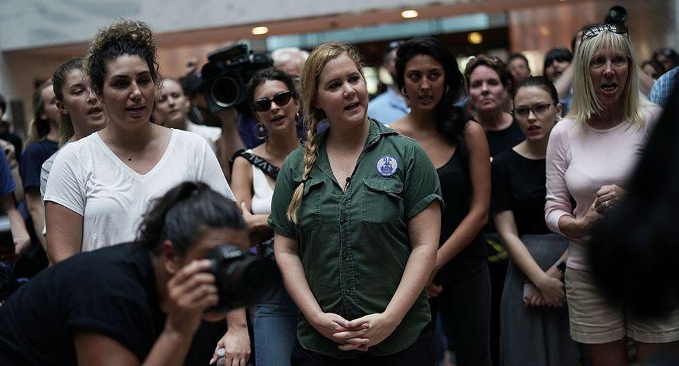 Amy Schumer gesticula después de ser detenida junto con cientos de otros manifestantes en el atrio del edificio de la oficina del Senado de Hart en Washington. (Foto: Agencias)