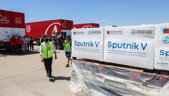 Imagen referencial.  Imagen de contenedores con dosis de la vacuna Sputnik V contra COVID-19, en el aeropuerto internacional de Ezeiza (Argentina). (ESTEBAN COLLAZO / Presidencia de Argentina / AFP).