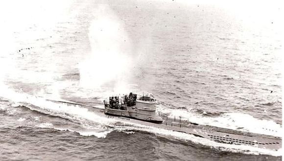 Esta foto estadounidense muestra al submarino alemán U 966 Gut Holz, de 67m de eslora, durante el ataque aéreo del 10 de noviembre de 1943, frente a la localidad gallega de de Estaca de Bares, en el noroeste de España. (Foto: UDAF / Wikimedia Commons)