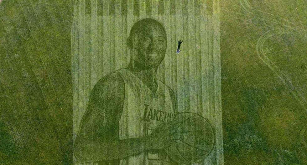 Una empresa de impresión de césped le rindió un espectacular homenaje a Kobe Bryant grabando su imagen en un campo de softbol | Captura de video YouTube