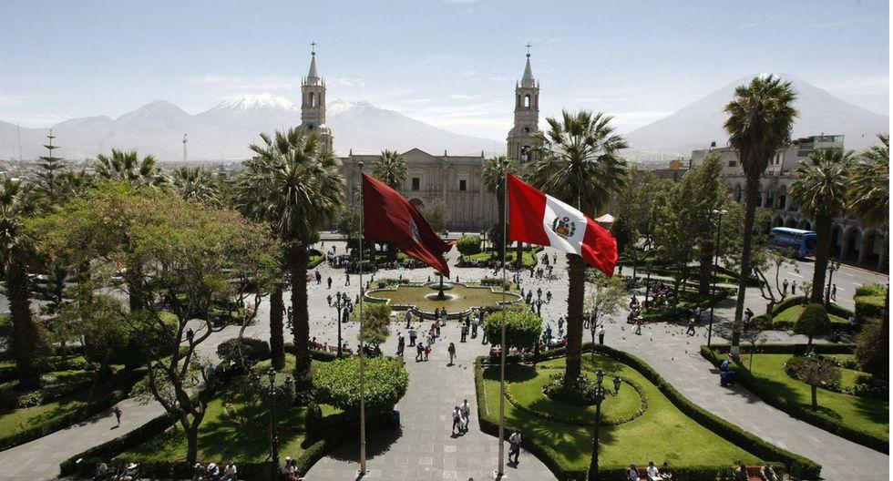 Plaza de armas. Es uno de los lugares que debes visitar de todas maneras, está ubicada en el centro histórico de Arequipa, además de hermosa destaca por ser muy ordenada y limpia.(Foto: El Comercio)
