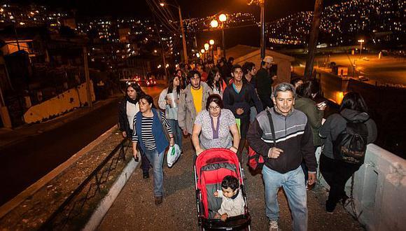 """Vecinos de Valparaíso buscan zonas altas tras la alerta de tsunami. (Foto: """"El Mercurio"""", GDA)."""