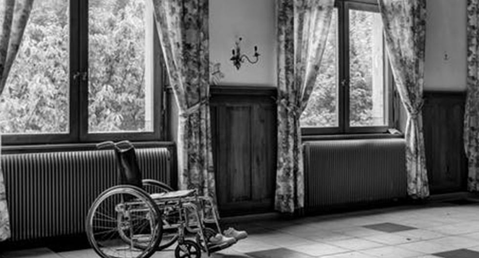 Un video se ha convertido en viral y muestra el aterrador momento en que una silla de ruedas empieza a moverse por sí misma.| Foto: ViralPress/YouTube