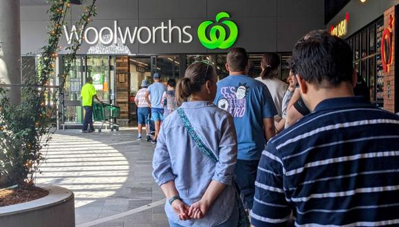 Los compradores hacen fila frente a una tienda de Woolworths, ya que se ordenó a Brisbane un cierre rápido de tres días después de que surgieran cuatro casos más de la enfermedad por coronavirus (COVID-19) en la comunidad, en Brisbane, Australia. (Foto: AAP Image / Nick Gibbs vía REUTERS).