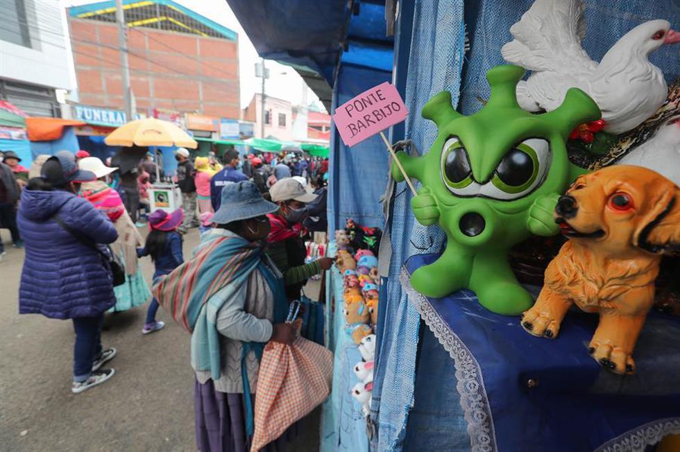 Decenas de personas compran en la tradicional feria de la Alasita o fiesta de la miniatura hoy, en El Alto (Bolivia). (Foto: EFE/ Martín Alipaz)