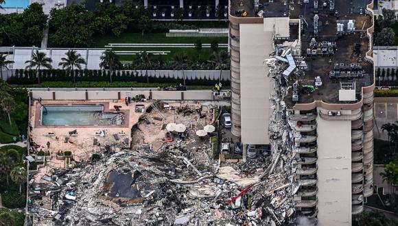 Esta vista aérea muestra al personal de búsqueda y rescate trabajando en el sitio del colapso parcial de Champlain Towers South en Surfside, al norte de Miami Beach, el 24 de junio de 2021. (Foto de CHANDAN KHANNA / AFP).