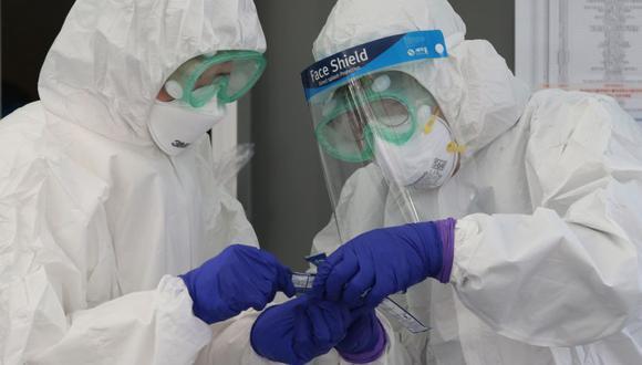Los trabajadores médicos de Corea del Sur revisan sus dispositivos médicos antes de una desinfección contra el coronavirus. (Foto: Reuters/Archivo).