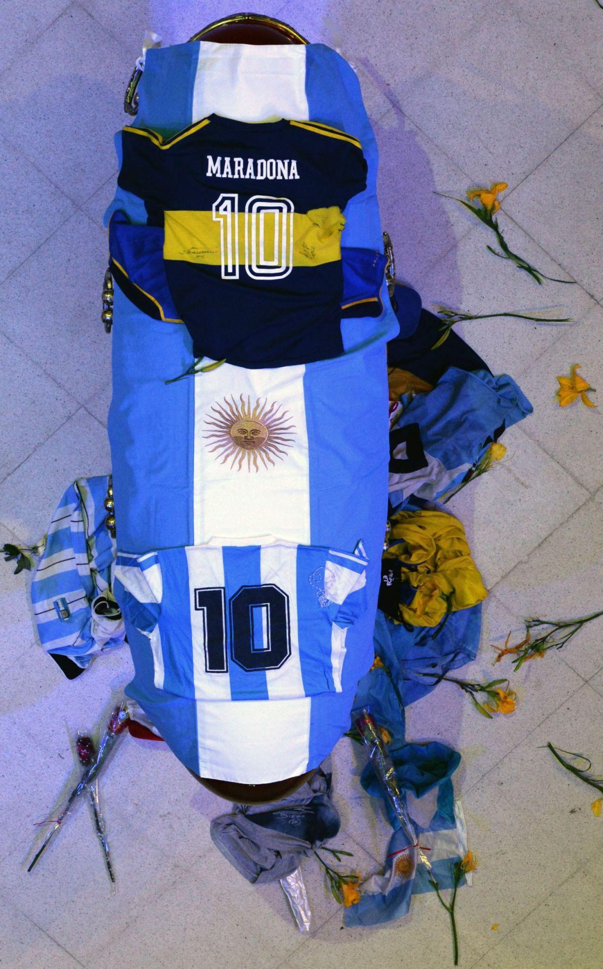 El féretro que contiene los restos de Diego Maradona en la Casa Rosada. (AFP).