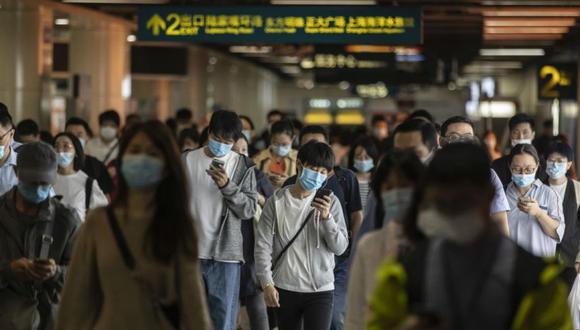 Los viajeros matutinos caminan con máscaras protectoras por una estación de metro en Shanghai, China. (Foto: Qilai Shen/Bloomberg).