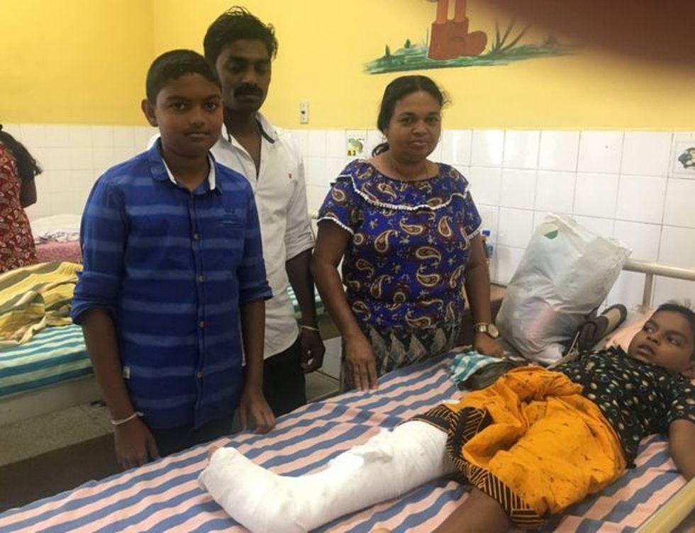 Akalanka, de siete años, sabe que está herido pero no entiende lo que sucedió en los ataques.