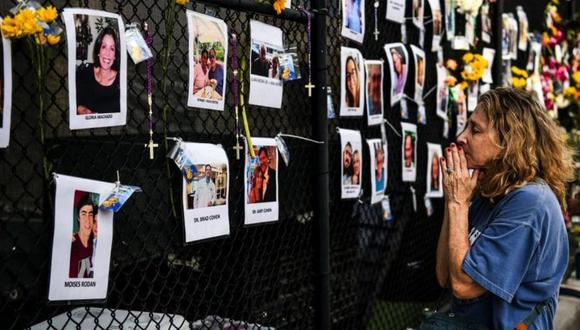 Familiares y amigos rezan para que alguno de los desaparecidos tras el derrumbe del edificio en Miami pueda ser localizado con vida. (Foto: AFP)