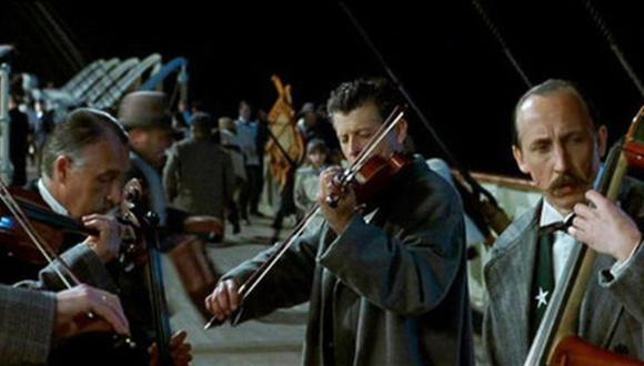 """En """"Titanic"""" (1998) el director James Cameron no olvidó incluir a los músicos que conservaron el temple durante el hundimiento."""
