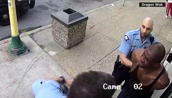 En las imágenes no se ve que la víctima tratara de oponerse. (Foto: captura de pantalla)