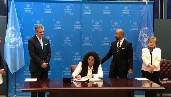 Ministra del Ambiente Fabiola Muñoz firmando el Acuerdo de Escazú en marzo del 2018. Dos años después, sigue bajo la lupa. (Foto: Ministerio del Ambiente)