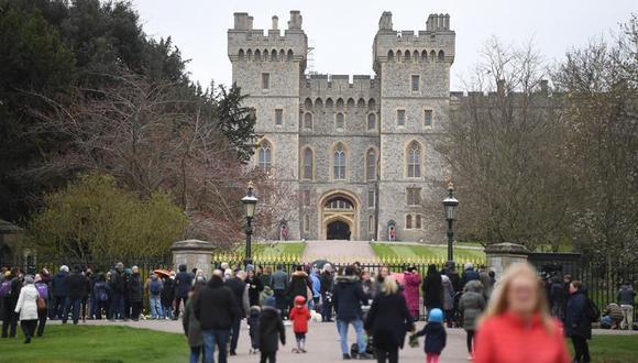 La gente llega a las afueras del Castillo de Windsor, un día después del fallecimiento del príncipe Felipe de Gran Bretaña. (EFE / EPA / NEIL HALL).