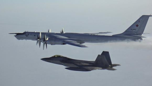 En esta foto de archivo del lunes 9 de marzo de 2020 publicada por el Comando de Defensa Aeroespacial de América del Norte (NORAD), un avión de reconocimiento marítimo ruso Tu-142 es interceptado cerca de la costa de Alaska. (Foto AP).