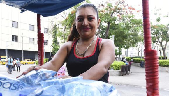 La mujer comenzó vendiendo agua helada, gaseosas, jugos y golosinas en la Plaza Barrios de San Salvador. (Foto: Captura/EDH)
