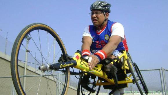 """Carlos Benavente, destacado velocista en silla de ruedas. Ha representado al Perú en competencias internacionales. (Foto: Facebook """"La prueba de un campeón"""")"""