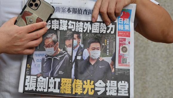 Dos ejecutivos del periódico prodemocrático Apple Daily de Hong Kong, el editor en jefe Ryan Law y el CEO Cheung Kim-hung, fueron detenidos la semana pasada. (Foto de Peter PARKS / AFP).