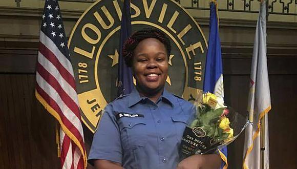 Esta foto sin fecha proporcionada por el abogado de la familia Taylor, Sam Aguiar, muestra a Breonna Taylor en Louisville, Kentucky. (Cortesía del abogado de la familia Taylor, Sam Aguiar, vía AP, archivo).