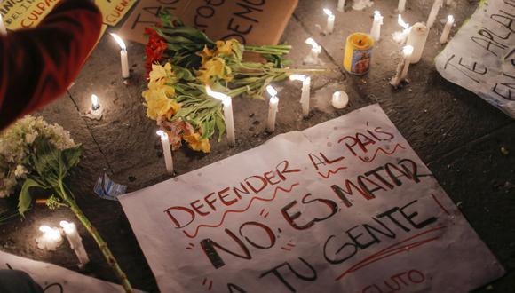 La gente participa en una vigilia en memoria de Inti Sotelo, de 24 años, y Jack Pintado, de 22, quienes murieron durante enfrentamientos contra la policía mientras protestaban contra el gobierno del presidente interino Manuel Merino. (Foto de Luka GONZALES / AFP).