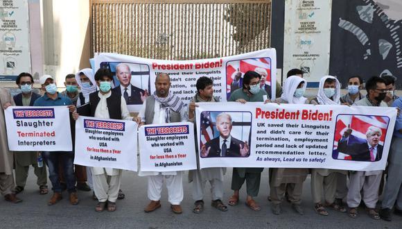 En junio, un grupo de afganos que trabajaron para el gobierno de Estados Unidos durante su campaña en el país se manifestaron frente a la embajada en Kabul exigiendo apoyo ante la amenaza de los talibanes. Washington ha anunciado que un grupo de solicitantes de un visado especial serán trasladados a EE.UU. para finalizar el proceso. (Foto: Reuters)