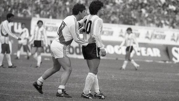 Lucho Reyna en pleno trabajo en la cancha, marcando férreamente al pibe Maradona, uno de los mejores futbolistas del mundo, en el partido de Lima en junio de 1985. (Foto: GEC Archivo Histórico)