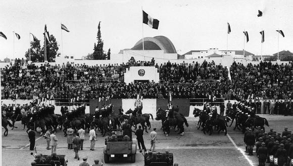 Lima, 28 de julio de 1955. Desfile militar por Fiestas Patrias. El historiador Mauricio Novoa considera que la trascendencia del Ejército Peruano se mantiene y su papel en el resguardo de la soberanía nacional es irrenunciable.  (Foto: GEC Archivo Histórico)