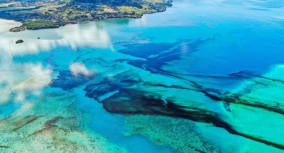 Una fotografía aérea muestra el petróleo a la deriva sobre los arrecifes de coral en Pointe d'Esny, en las islas Mauricio. (EFE / EPA / PIERRE DALAIS)