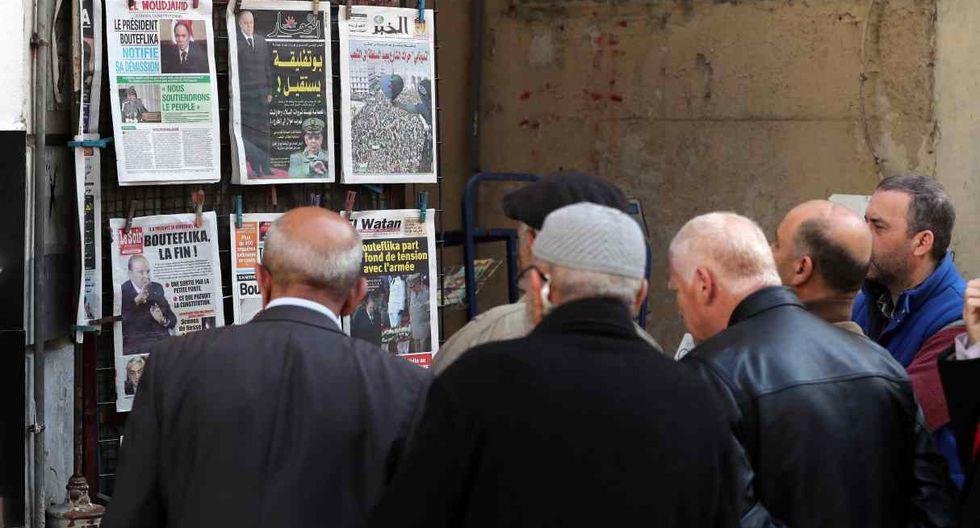 Varios hombres leen los diarios de la jornada en Argel (Argelia), este miércoles. (Foto: EFE)