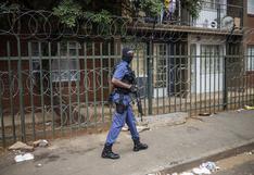 Policías disparan balas de goma para hacer respetar el confinamiento por el coronavirus en Sudáfrica