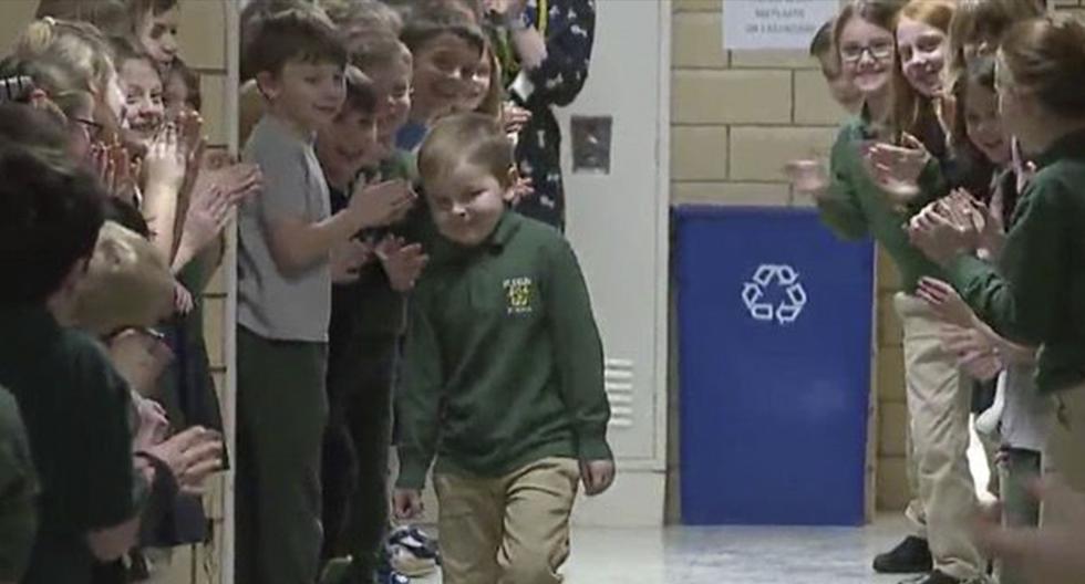 Niño de 6 años venció la batalla contra la leucemia y es ovacionado por sus compañeros de escuela. (Fox 8)