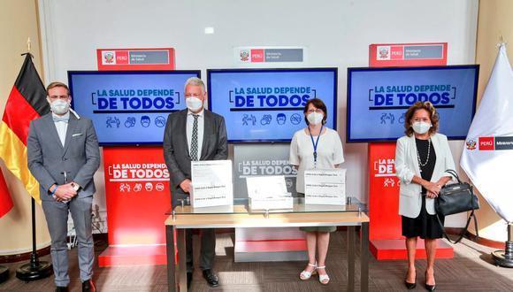 Durante la ceremonia de entrega, la ministra de Salud, Pilar Mazzetti, recibió las 75.600 pruebas de antígenos para la detección temprana de casos de COVID-19. (Foto: Minsa)