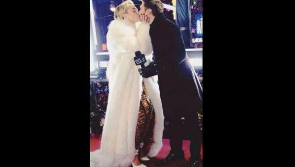 Miley Cyrus besó al conductor de TV Ryan Seacrest en evento de Año Nuevo