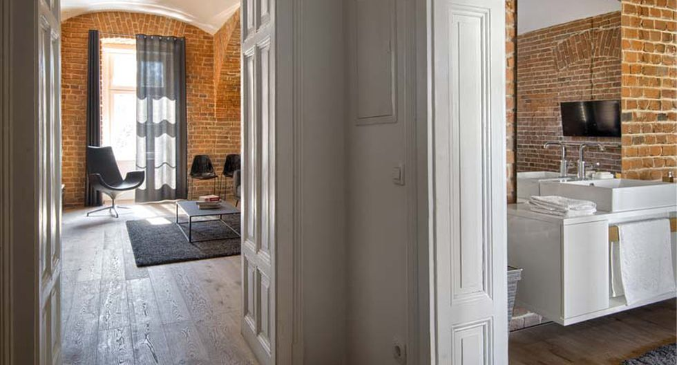 Un pequeño pasillo conecta los ambientes sociales con los íntimos. En esta parte podemos observar una precisa combinación entre el piso de madera y las puertas de estilo clásico y color blanco. (Foto: Matej Lozar)