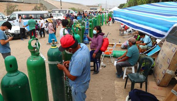 Personas esperan más de 3 días para  llenar sus balones de oxígeno en villa El Salvador, la empresa Martín brinda oxígeno gratis para 200 familias.